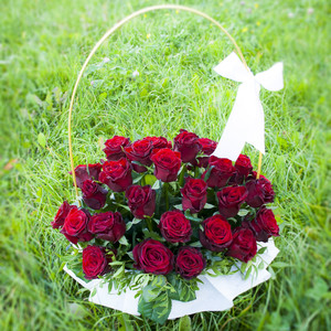 Корзина из бордовых роз