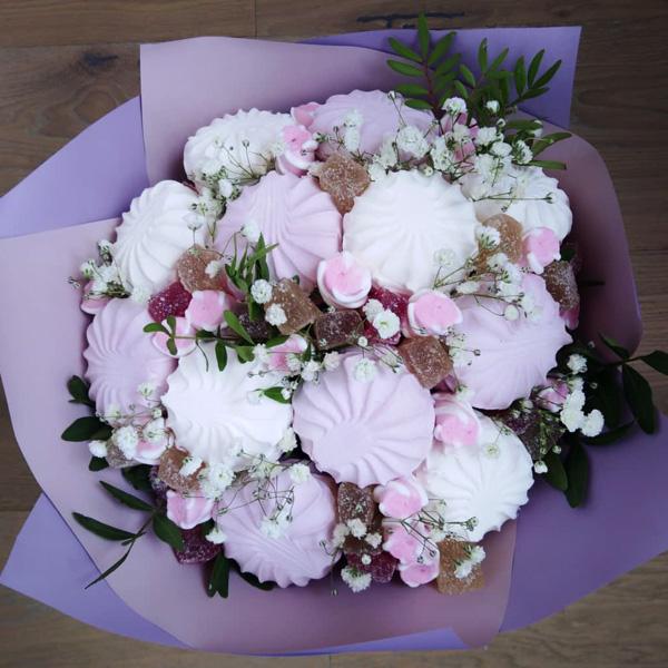 Букет из зефира и живых цветов, лилий цена