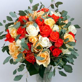 Букет из 51 розы с зеленью